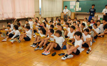 【「鈴鹿とF1」をテーマに学ぶ児童ら=鈴鹿市大池2丁目の市立明生小学校で】