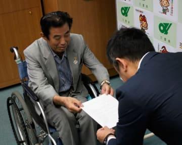 【鈴木知事(右)に要望書を手渡す世古会長=三重県庁で】