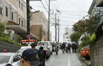 入居女性の死亡が確認された高齢者施設付近=21日午前9時49分、東京都町田市