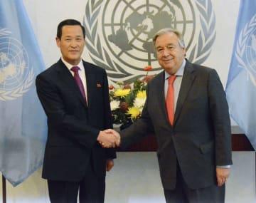 20日、ニューヨークの国連本部でグテレス事務総長(右)に信任状を提出した北朝鮮の金星国連大使(共同)