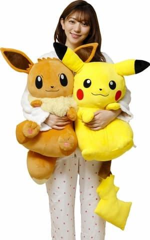 「ポケットモンスター」のぬいぐるみの「むぎゅむぎゅっとつつまれぬいぐるみ おっきなイーブイ」(左)と「むぎゅむぎゅっとつつまれぬいぐるみ おっきなピカチュウ」(C)Nintendo・Creatures・GAME FREAK・TV Tokyo・ShoPro・JR Kikaku(C)Pokemon