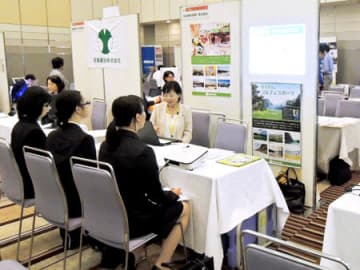 就職フェアで企業説明を聞く学生ら。滋賀県内の学生数の減少は県内企業の人材確保などに影響を与えつつある(8月16日、大津市内のホテル)