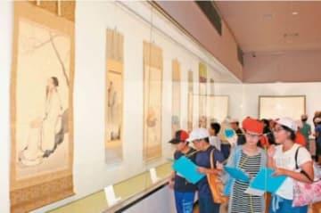 作品を鑑賞する川崎小学校6年生ら=21日、日出町川崎の二階堂美術館