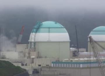 四国電力伊方原発3号機(左)。大分県からは最短距離で45キロ先にある=20日、愛媛県伊方町