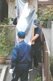 相沢容疑者宅の捜索後、押収品を運び出す捜査員=20日午後3時45分ごろ、仙台市宮城野区