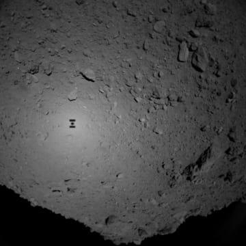「はやぶさ2」が小惑星りゅうぐうに接近中に撮影した地表。中央やや左には「はやぶさ2」自身の影が映っている(JAXA、東京大など提供)