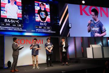 「eドラフト会議」への意気込みを語るプレーヤーたち(中央の2人)=21日、千葉市の幕張メッセ