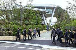 一般公開が始まった尼崎JR脱線事故の追悼施設。会社などから団体で訪れる姿もあった=21日午前、尼崎市久々知3(撮影・風斗雅博)