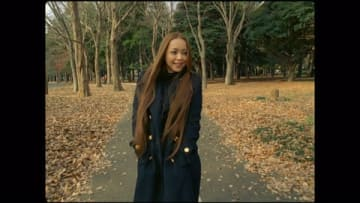 AbemaTVの特別番組「安室奈美恵 最初で最後のMV総選挙 MEMORIAL MOVIE BEST50」の1位に輝いた、「Baby Don't Cry」のMVの一場面