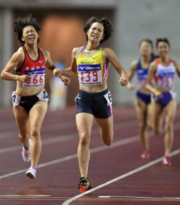 女子800メートル 2分7秒23で優勝した山田はな(139)=ヤンマースタジアム長居