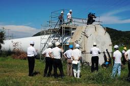 倒壊した風力発電風車の状況を調査する経産省の担当者ら=8月31日、淡路市小倉、北淡震災記念公園