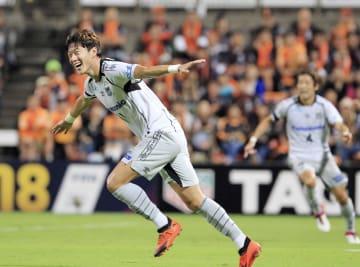 清水―G大阪 前半、2点目のゴールを決め喜ぶG大阪・黄義助=アイスタ
