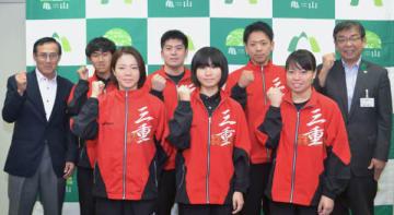 【櫻井市長(後列右端)を表敬訪問した6選手=亀山市役所で】
