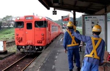 勝間駅をゆっくりと通過する岩徳線の点検列車