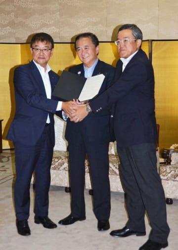協定を結んだ(左から)富士通神奈川支社の渡辺利政支社長、黒岩知事、大崎コンピュータエンヂニアリングの武田健三社長=県庁