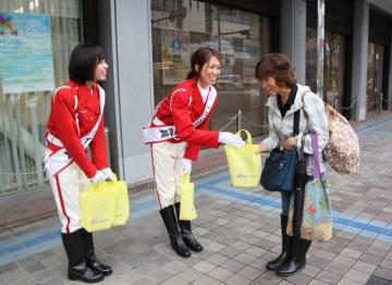 交通安全を呼び掛ける「一日白バイ隊員」=横須賀市大滝町