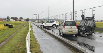 乗用車4台による事故があった現場=22日午前7時30分ごろ、青森県つがる市