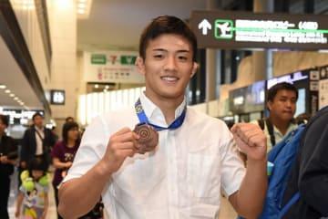チーム唯一のメダルを手に帰国した矢部和希(日体大)=撮影・山内猛