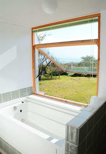 窓から日本海を見ることができる浴室