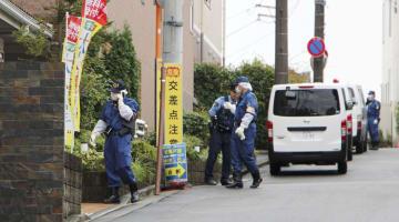 高齢者施設の現場検証に入る警視庁の捜査員=22日午前9時39分、東京都町田市