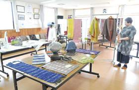 ぬくもりある作品が並ぶNAM工房の「染・紡・織教室」