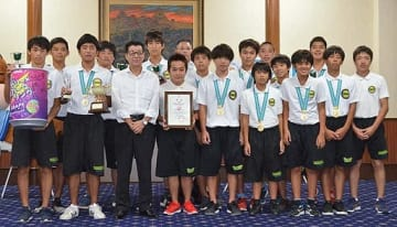 初優勝の報告に訪れた豊中水球クラブの選手と松井知事(前列左から3人目)=21日、大阪府庁