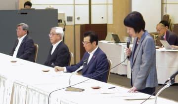 官民の緊急協議会であいさつする高橋はるみ北海道知事=22日午前、札幌市