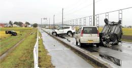 乗用車4台による事故があった現場=22日午前7時30分ごろ、つがる市(写真の一部を加工しています)
