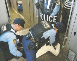 耐刃防護衣を着た警察官による不審者対応訓練。脇周りは防護されていない=7月25日、宮城県利府町の新幹線総合車両センター基地(写真と本文は関係ありません)
