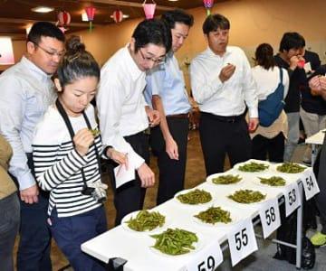 毛豆を食べ比べて審査する参加者
