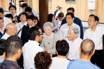 仮設住宅の住民や復興に協力した人たちをねぎらわれる天皇、皇后両陛下=21日午後、西予市野村町野村の野村運動公園