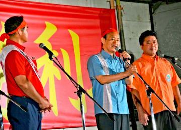 今月に入り佐喜真氏(左)の応援に3度も入った菅官房長官(中央)=20日、那覇市