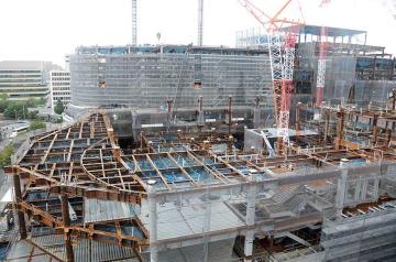 来年9月の開業に向け建設が進む桜町再開発ビル=21日、熊本市中央区