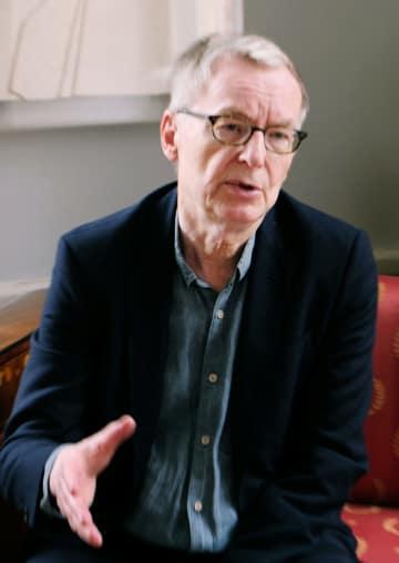 インタビューに応じるスウェーデン・アカデミーのアンデシュ・オルソン事務局長(共同)