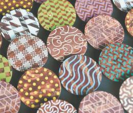 樺細工の新ブランド「KAVERS」のブローチ