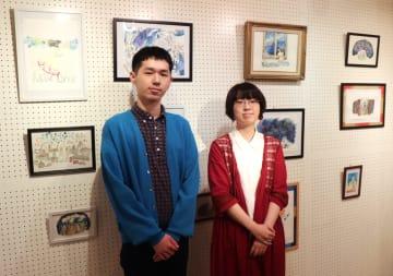 初の個展を開いた川原夕佳さん(右)と弟の大毅さん=佐世保市、島瀬美術センター