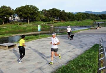 早朝の鴨川を走るランナーら(京都市左京区)