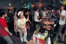 大音量のソウル音楽に合わせて踊るヌードレストランの客=いずれも神戸市中央区元町通1