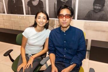ホフディランの小宮山雄飛さん(右)、ピラティスインストラクターの千葉絵美さん