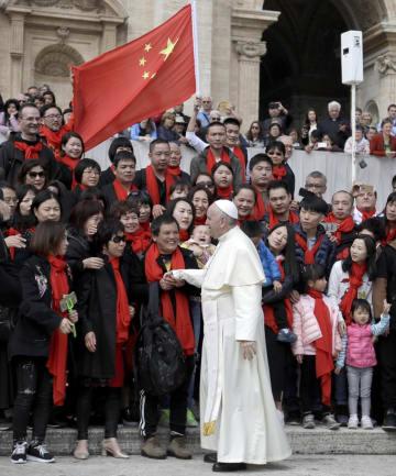 サンピエトロ広場で、中国からの信徒と声を交わすローマ法王フランシスコ=4月、バチカン(AP=共同)