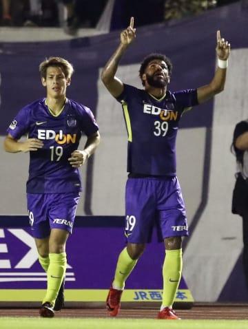 広島―FC東京 前半、先制ゴールを決め喜ぶ広島・パトリック(右)=Eスタ
