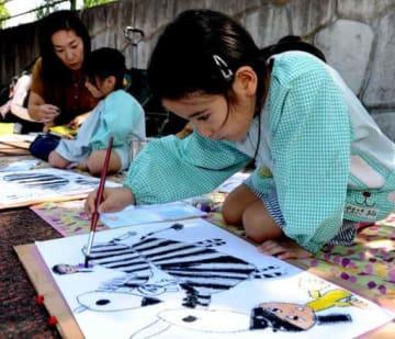 真剣な表情でシマウマの絵を描く子ども