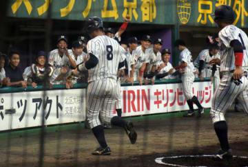 龍大―京産大 2回に先制本塁打を放った西脇(8)を笑顔で迎える龍大ナイン(わかさスタジアム京都)
