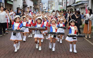 交通安全を呼び掛けながらパレードをする園児=雲仙市小浜町