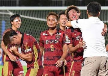 鹿児島ユナイテッドFCに勝利し、喜ぶFC琉球イレブン=22日、タピック県総ひやごんスタジアム