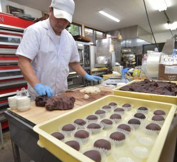 彼岸の中日を前に、おはぎ作りに追われる和菓子店=稲敷市江戸崎甲