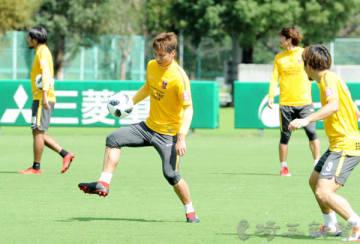 全体練習後、ピッチで汗を流す長沢(中央)ら浦和の選手たち=22日午前、さいたま市内