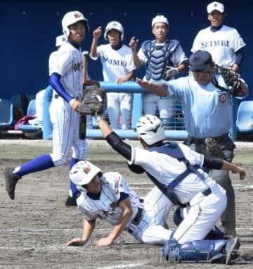 健大高崎―伊勢崎清明 5回表健大1死一塁、柳沢光の三塁打で戸沢(左下)が生還し3点目=桐生