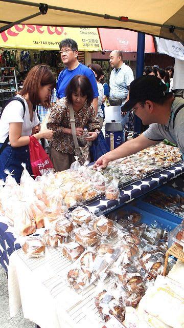 横須賀独自の一品など、さまざまなパンが並ぶパン祭り会場=どぶ板通り商店街
