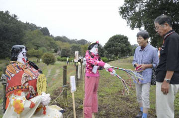 手作りのユニークなかかしが並ぶ「大井のかかし祭り」=大井町柳